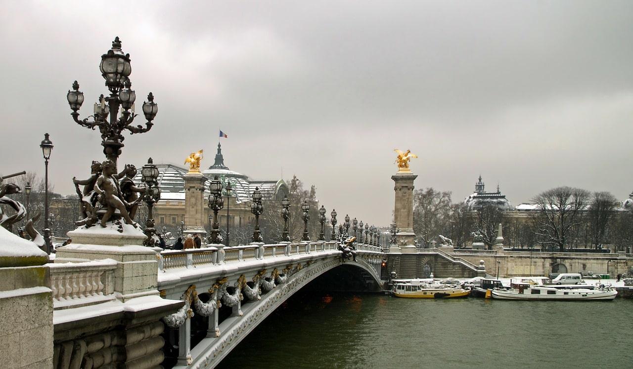 Die Brücke Pont Alexandre III hat eine schöne Gestaltung